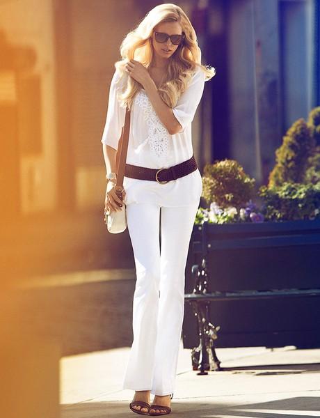 Как носить белые брюки с белой блузой или рубашкой?